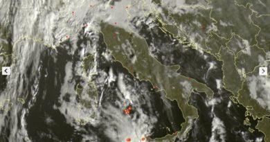 Aggiornamento ore 09.10 – Analisi immagine satellitare: banchi di nebbia sulla Pianura Padana, nelle valli interne del centro, instabilità al meridione