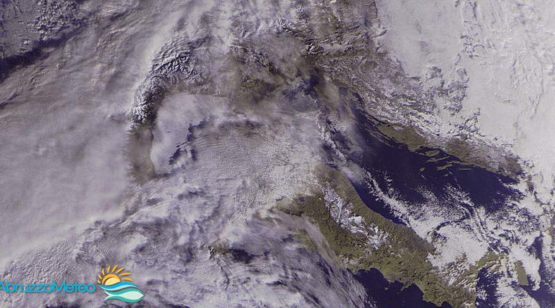 Domenica con il bel tempo, almeno fino al tardo pomeriggio ma da stasera atteso peggioramento anche in Abruzzo. Torna la neve in pianura al nord e a quote relativamente basse anche in Abruzzo lunedì
