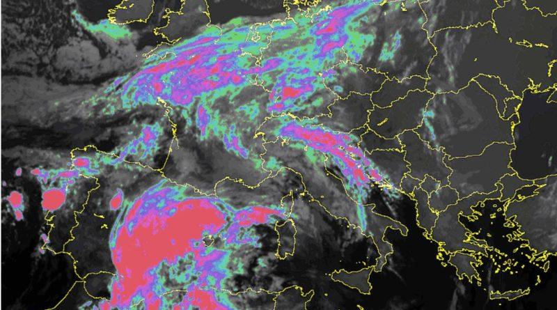 L'alta pressione in graduale attenuazione favorirà l'arrivo di corpi nuvolosi provenienti dal Mediterraneo occidentale che determineranno annuvolamenti e occasionali piovaschi nel fine settimana